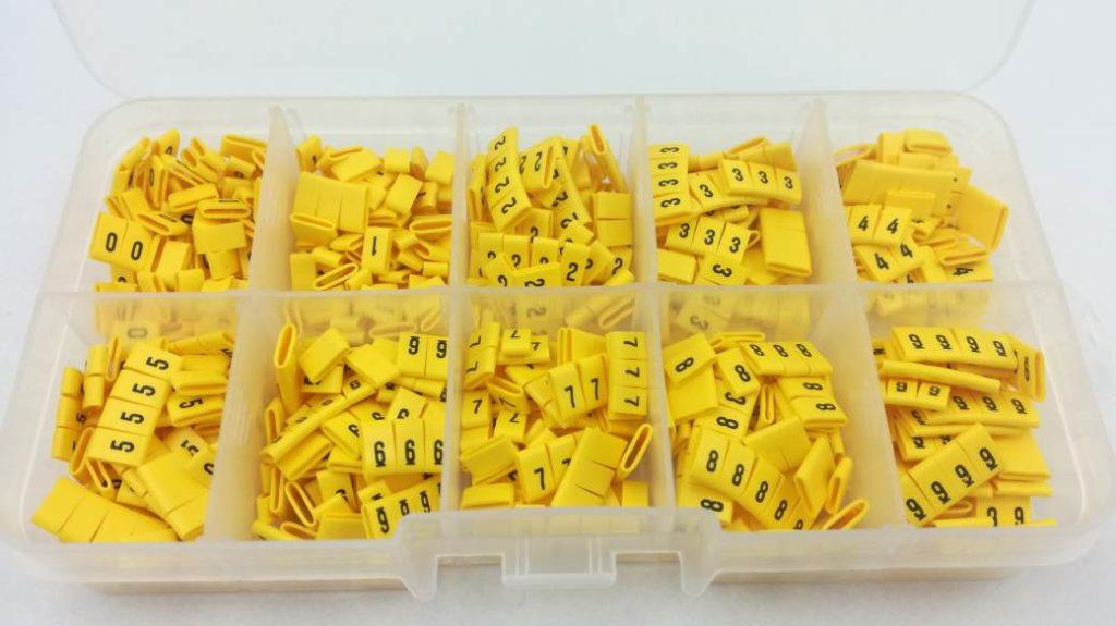 Komplet oznaczników kabli i przewodów w pudełku. Zawartość zestawu 1000 sztuk. oznaczniki kablowe pojedyncze cyfrowe, nasuwane na przewdów