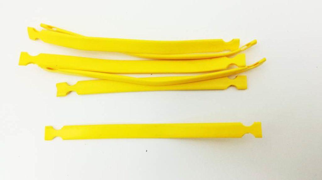 profil płaski do oznaczania kabli i przewodów. Możliwość montażu na peszlu lub innej osłonie przewodu. Montowany za pomocą opaski zaciskowej