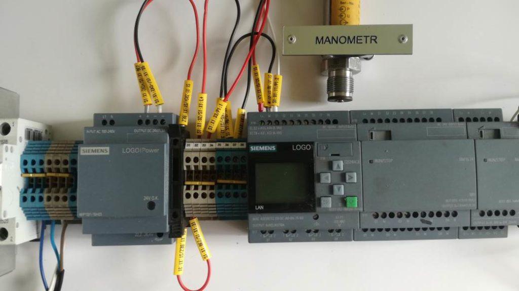 Sterownik PLC podłączony do czujnika ciśnienia. Sposób oznaczania przewodów elektrycznych. Opisywanie kabli