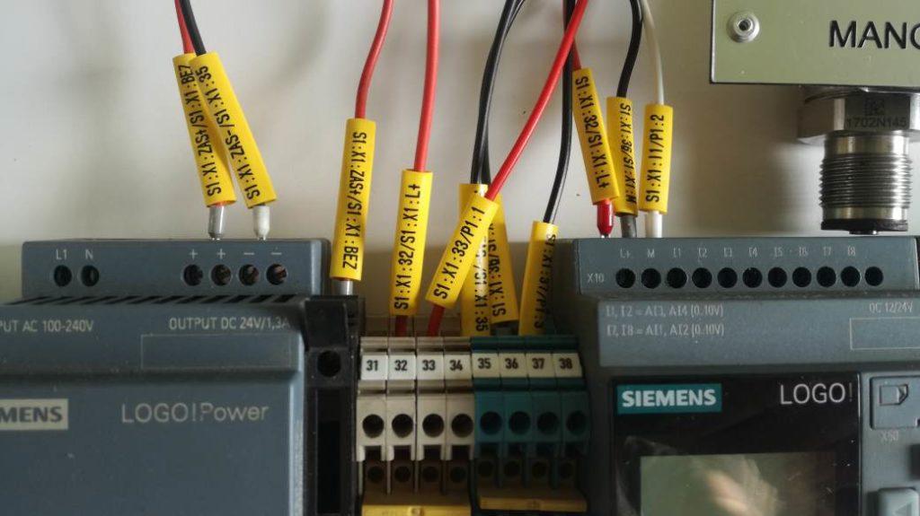Podłączenie czujnika ciśnienia do sterownika PLC siemens Logo. Sposób oznaczania przewodów elektrycznych. Oznaczniki kablowe do sterowników
